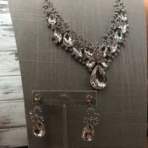 Jewelry - Gorgeous rhinestone necklace and earring set bride